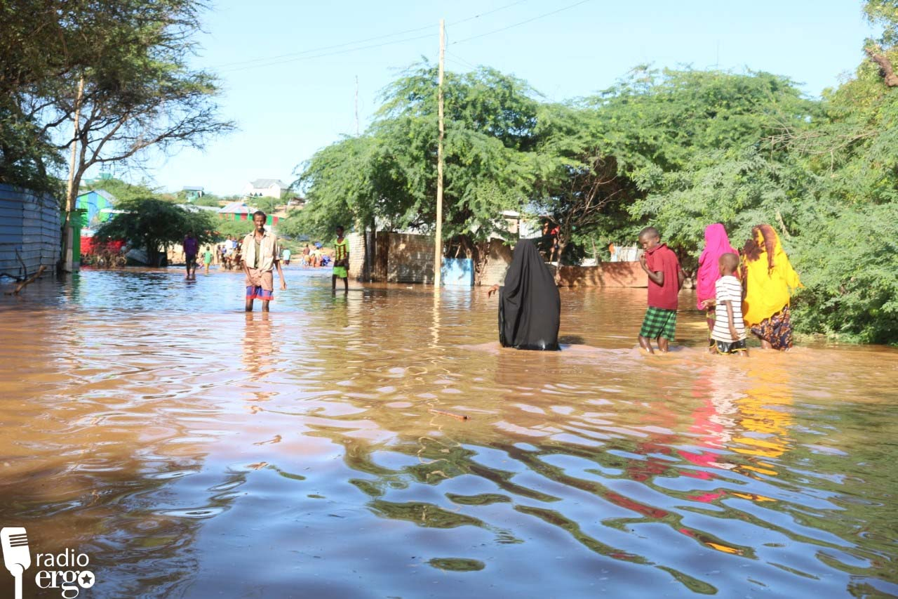 People passing through flooded area in Dolow/Mohamud Abdirashid/Ergo