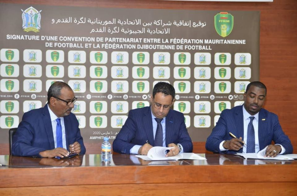 Suleiman Wabeiri signs the agreement with Ahmed Yahia